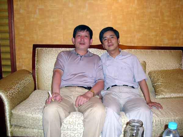 总编刘东方(右)和天津人物画家邵鸿平先生