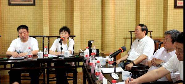 冰雪画会秘书长卢平在研讨会发言