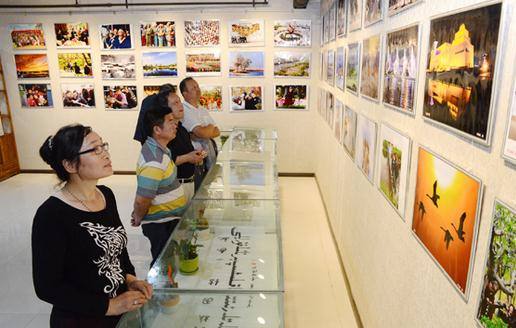 新疆巴州举办首届民族团结摄影书画作品展