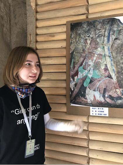 讲解员介绍克孜尔千佛洞的壁画  卢平