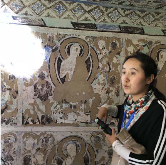 讲解员介绍克孜尔千佛洞的壁画  卢平摄