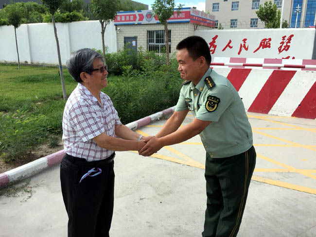 于志学一行收到消防官兵的热烈欢迎     姜伟琦摄