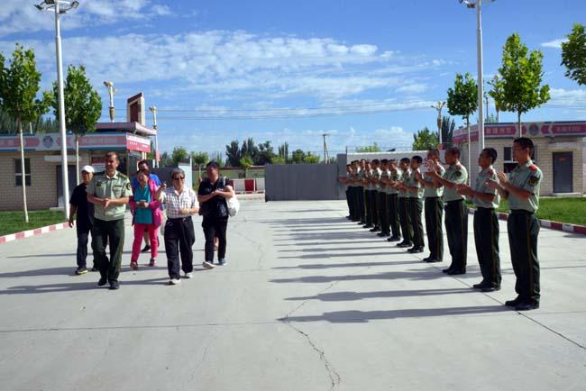 于志学一行收到消防官兵的热烈欢迎    卢平摄