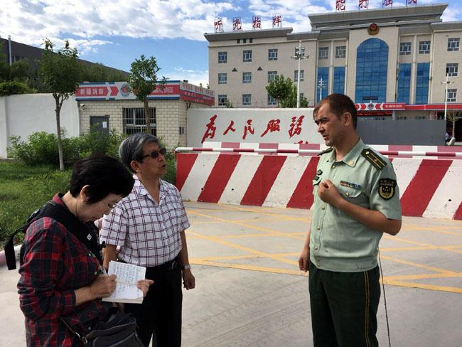 阿里木教导员向于志学一行介绍情况     姜伟琦摄
