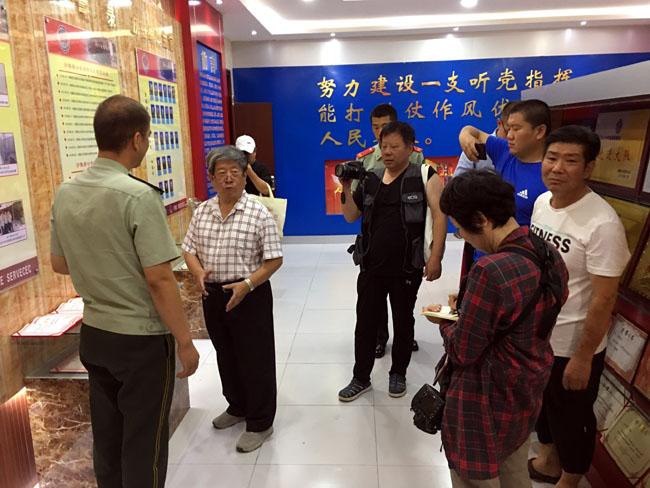 参观沙雅消防大队  姜伟琦摄