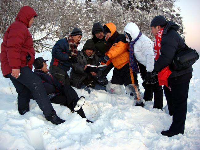 2008年于志学率冰雪画派在雪乡指导写生