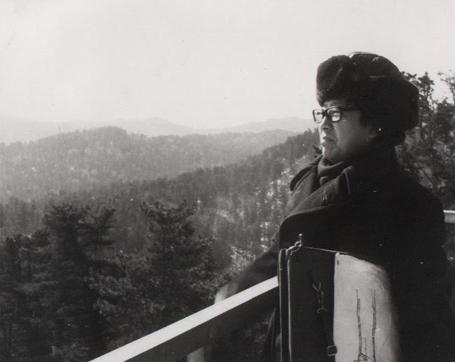 1982年于志学在原始林防火塔上眺望林海
