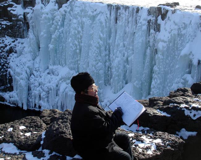 2008年于志学在镜泊湖冰瀑布前写生