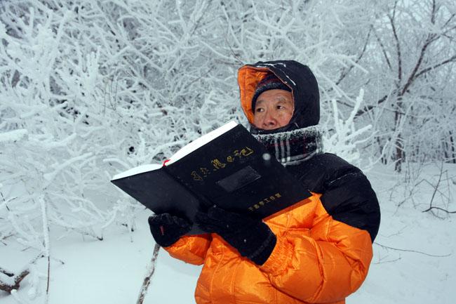 75岁的于志学先生冒着零下近三十度严寒在亚布力写生-卢平摄
