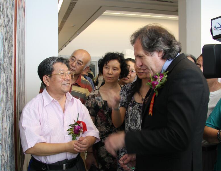 2009年7月乌拉圭东岸共和国驻华大使参观中国人民大学于志学冰雪画工作室毕业展览和于志学亲切交流