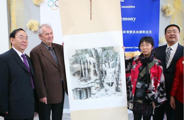2010年2月在温哥华冬奥会冰雪画展开幕式上,冰雪画会秘书长卢平向国际奥委会全民体育委员会主席瓦尔特・特勒格尔先生赠送冰雪画