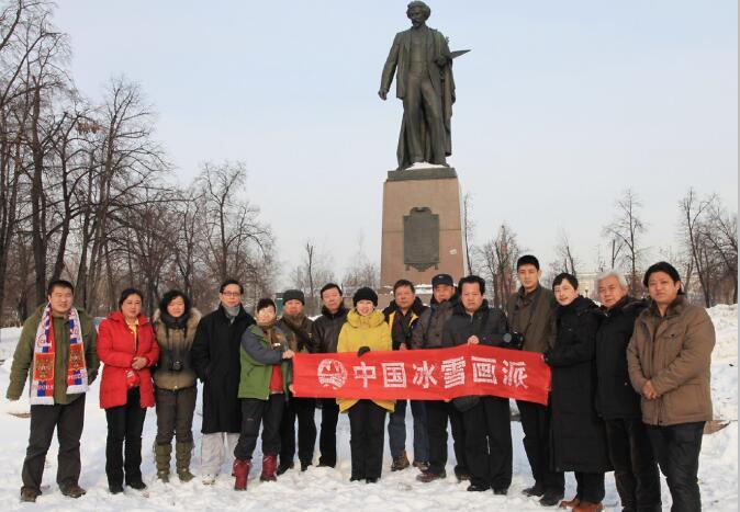 """2011年冰雪画派""""黄埔四期""""在俄罗斯莫斯科特列恰克夫画廊列宾雕像前"""