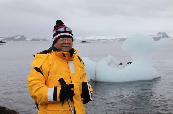2012年于志学赴南极在爱丘岛写生