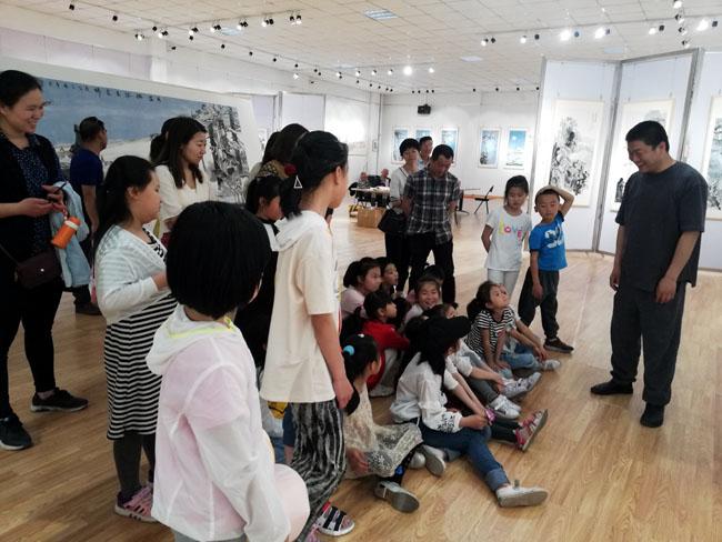展厅现场加宏杰向喜欢艺术的孩子们解读艺术理念