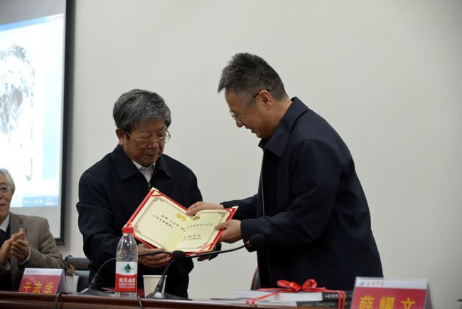 院长薛耀文向于志学颁发运城学院荣誉教授证书