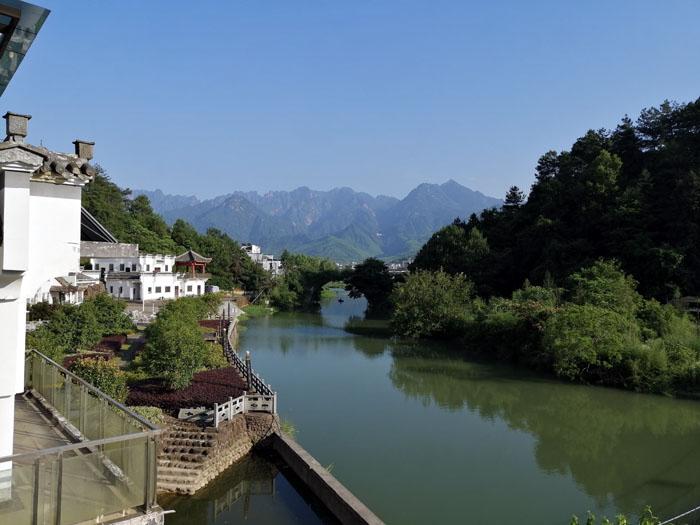 徽派建筑、小桥流水与黄山群峰形成一幅天然的水墨画