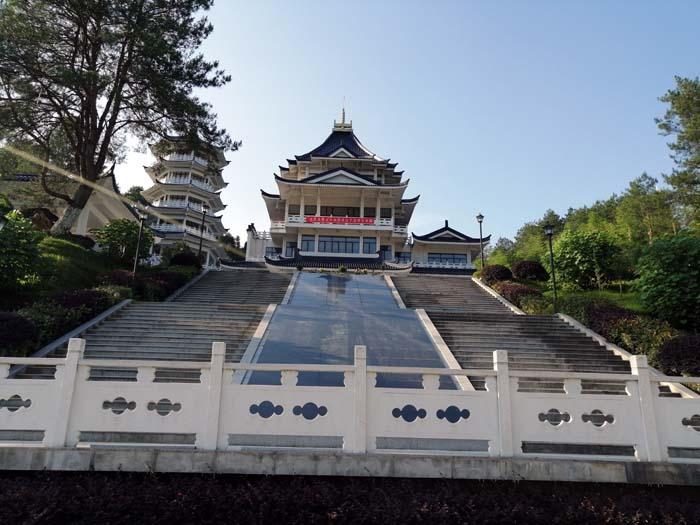 宫殿式建筑即宏伟又庄严